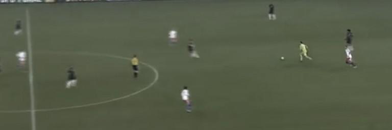 Manuel Neuer realizando uma ação com o pé na frente da última linha.  Crédito: ecosdelbalon.com