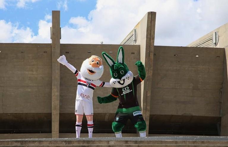 Mascotes do São Paulo FC e do América FC em frente ao Mineirão. Foto: Divulgação