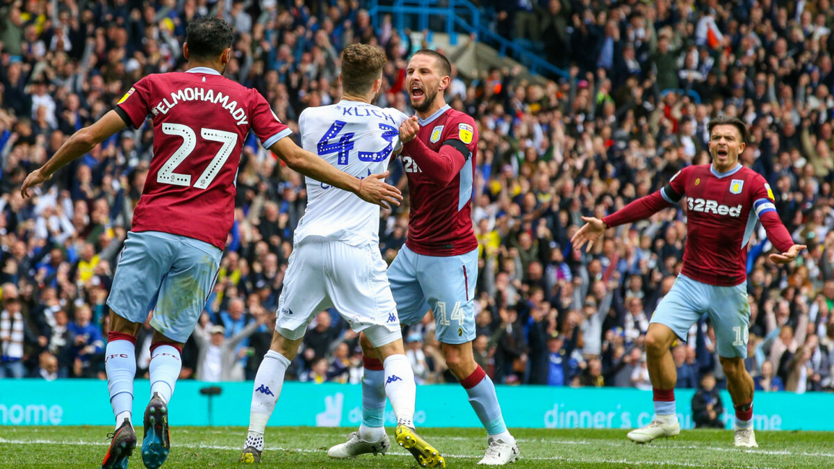 """Jogadores do Aston Villa se revoltam com atleta do Leeds após ele haver marcado gol em que faltou """"fair-play"""" da equipe de branco. (Photo by Alex Dodd - CameraSport via Getty Images)"""